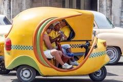 HAVANA, CUBA - APRIL 1, 2012: Jonge vrouw die lunch in geel hebben Royalty-vrije Stock Afbeeldingen