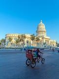 HAVANA, CUBA - APRIL 2, 2012: Taxifiets dichtbij Capitolio Royalty-vrije Stock Foto