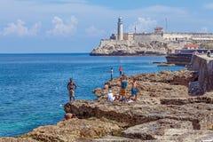 HAVANA, CUBA - APRIL 1, 2012: Tieners die dichtbij Moro-kasteel zwemmen Royalty-vrije Stock Fotografie