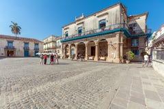 HAVANA, CUBA - APRIL 2, 2012: Toerist dichtbij het Terrasrestaurant i van Gr Stock Afbeelding