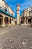 HAVANA, CUBA - APRIL 1, 2012: Toerist dichtbij het Terrasrestaurant i van Gr Stock Foto