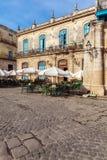 HAVANA, CUBA - APRIL 1, 2012: Toerist dichtbij het Terrasrestaurant i van Gr Royalty-vrije Stock Fotografie