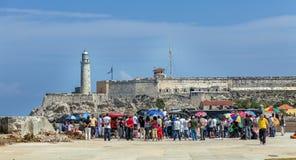 HAVANA, CUBA - APRIL 1, 2012: Toeristen en inheemse mensen royalty-vrije stock afbeeldingen
