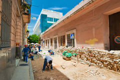 HAVANA, CUBA - 15 AUGUSTUS, 2016 Arbeiders die de typische weg vervangen Stock Fotografie