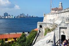 Havana/Cuba - Augustus 15 2018: De Batterij van de 12 Apostelendefensie, in Havana Bay-ingang stock foto
