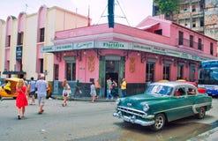 HAVANA, CUBA - 9 AUGUSTUS, 2016: Het oude Amerikaanse auto drijven vooraan o Stock Afbeeldingen