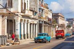 HAVANA, CUBA: authentieke oude straat in de stad van Havana in het oude district van Serrra Uitstekende auto's op weg royalty-vrije stock afbeelding