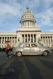 Havana Cuba Capitolio Building med bilar arkivfoton