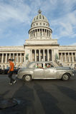 Havana Cuba Capitolio Building met Auto's stock foto's
