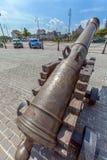 HAVANA, CUBA - 1º DE ABRIL DE 2012: Canhão antigo e carros retros Foto de Stock
