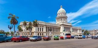 HAVANA, CUBA - 1º DE ABRIL DE 2012: Muitos carros retros estacionados na frente de Imagem de Stock Royalty Free