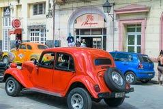 HAVANA, CUBA - 7 DE ABRIL DE 2016: Passeios americanos clássicos velhos dos carros dentro imagem de stock