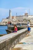 HAVANA, CUBA - 1º DE ABRIL DE 2012: Pescadores nativos na frente de Moro Fotografia de Stock