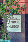 HAVANA, CUBA - 2 DE ABRIL DE 2012: Sinal de Mundos dos Ambos do hotel Imagens de Stock Royalty Free
