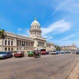 HAVANA, CUBA - 1º DE ABRIL DE 2012: Táxi da bicicleta que passa o Capitólio squar Imagens de Stock