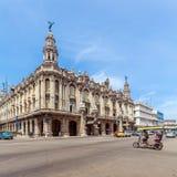 HAVANA, CUBA - 1º DE ABRIL DE 2012: Táxi da bicicleta que passa o grande teatro Foto de Stock Royalty Free