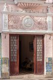 HAVANA, CUBA - 2 DE ABRIL DE 2012: A entrada ao d de construção velho Fotografia de Stock