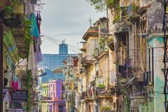 HAVANA, CUBA - 4 DE DEZEMBRO DE 2015: Cena urbana com colonial colorido b Foto de Stock Royalty Free