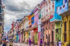 HAVANA, CUBA - 4 DE DEZEMBRO DE 2015 Povos em um neighborho de deterioração velho Imagens de Stock