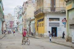 HAVANA, CUBA - 4 DE DEZEMBRO DE 2015 Povos em uma vizinhança de deterioração velha Fotografia de Stock