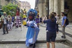 HAVANA, CUBA - 16 DE FEVEREIRO DE 2017: Parada colorida dos dançarinos em H velho imagem de stock royalty free