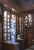 HAVANA, CUBA - 27 DE JANEIRO DE 2013: Interior da farmácia farmacêutica de Taquechel do museu em Havana velho Imagem de Stock Royalty Free