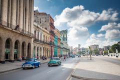 Havana, Cuba - 28 de novembro de 2017: Carros e construções velhos em uma rua em Havana Foto de Stock
