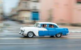 HAVANA, CUBA - 21 DE OUTUBRO DE 2017: Carro velho em Havana, Cuba Pannnig Veículo retro que usa-se geralmente como um táxi para p fotografia de stock