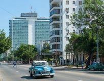 HAVANA, CUBA - 23 DE OUTUBRO DE 2017: Havana Cityscape com carro velho e arquitetura no fundo Hotel de Habana Libre no fundo fotografia de stock