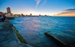 HAVANA, CUBA - 22 DE OUTUBRO DE 2016 Povos que sentam-se no PR da baía de Havana fotografia de stock