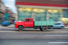 HAVANA, CUBA - 20 DE OUTUBRO DE 2017: Havana Old Town e área de Malecon com o veículo velho do caminhão cuba panning imagem de stock royalty free
