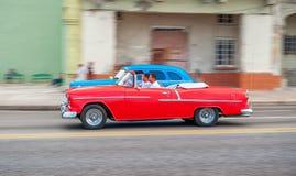 HAVANA, CUBA - 20 DE OUTUBRO DE 2017: Havana Old Town e área de Malecon com o veículo velho do táxi cuba panning fotos de stock royalty free