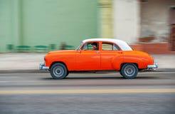 HAVANA, CUBA - 20 DE OUTUBRO DE 2017: Havana Old Town e área de Malecon com o veículo velho do táxi cuba panning imagem de stock