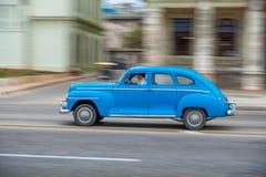 HAVANA, CUBA - 20 DE OUTUBRO DE 2017: Havana Old Town e área de Malecon com o veículo velho do táxi cuba panning imagem de stock royalty free