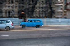 HAVANA, CUBA - 20 DE OUTUBRO DE 2017: Havana Old Town e área de Malecon com o veículo velho do táxi cuba panning imagens de stock
