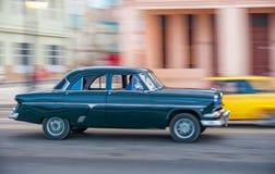 HAVANA, CUBA - 20 DE OUTUBRO DE 2017: Havana Old Town e área de Malecon com o veículo velho do táxi cuba panning fotografia de stock royalty free