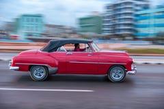 HAVANA, CUBA - 20 DE OUTUBRO DE 2017: Havana Old Town e área de Malecon com o veículo velho do táxi cuba panning imagens de stock royalty free