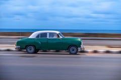 HAVANA, CUBA - 20 DE OUTUBRO DE 2017: Havana Old Town e área de Malecon com o veículo velho do táxi cuba panning fotografia de stock