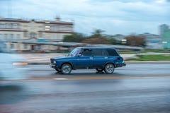 HAVANA, CUBA - 20 DE OUTUBRO DE 2017: Havana Old Town e área de Malecon com táxi velho Lada Vehicle cuba panning fotos de stock