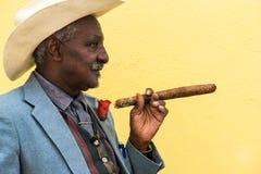 Havana, Cuba - 27 de setembro de 2015: Levantamento cubano tradicional do homem Foto de Stock