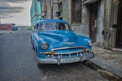 HAVANA, CUBA - 4 DEC, 2015 Blauwe uitstekende klassieke Amerikaanse auto Stock Foto's