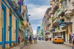 HAVANA, CUBA - 4 DEC, 2015: Stedelijke scène met kleurrijke koloniale B royalty-vrije stock fotografie