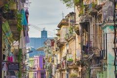 HAVANA, CUBA - 4 DEC, 2015: Stedelijke scène met kleurrijke koloniale B royalty-vrije stock foto