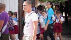 HAVANA, CUBA - DECEMBER 23, 2011: De leerlingen op een straat komt in paren stock footage