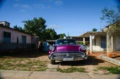 HAVANA, CUBA - DECEMBER 10, het Klassieke Amerikaanse parkeerterrein van 2014 op st Royalty-vrije Stock Afbeeldingen