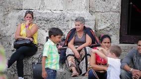 HAVANA, CUBA - DECEMBER 23, 2011: Mensen in een straat, jonge geitjes het spelen stock footage