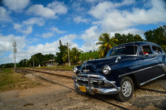 Havana, CUBA - DECEMBER 10, 2014: Oude klassieke Amerikaanse autoaandrijving Stock Afbeeldingen
