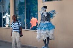 Havana, Cuba - em julho de 2014: Estátua viva de uma mulher com um custume feericamente Imagem de Stock