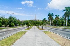 HAVANA, CUBA - 21 FEBRUARI, 2016: Brede Independencia-weg in Havana, Cuba Jose Marti-monument in backgroun stock afbeelding