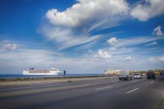 HAVANA, CUBA - 17,2017 FEBRUARI: De cruiseschip van de doctorandus in de exacte wetenschappenopera het binnengaan Royalty-vrije Stock Afbeeldingen